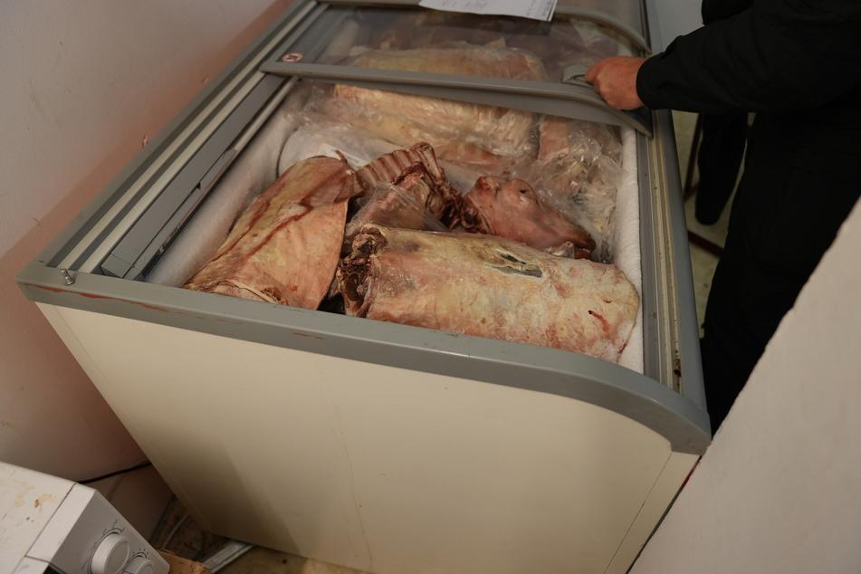 Bei den Durchsuchungen fanden die Einsatzkräfte verdorbenes Fleisch.