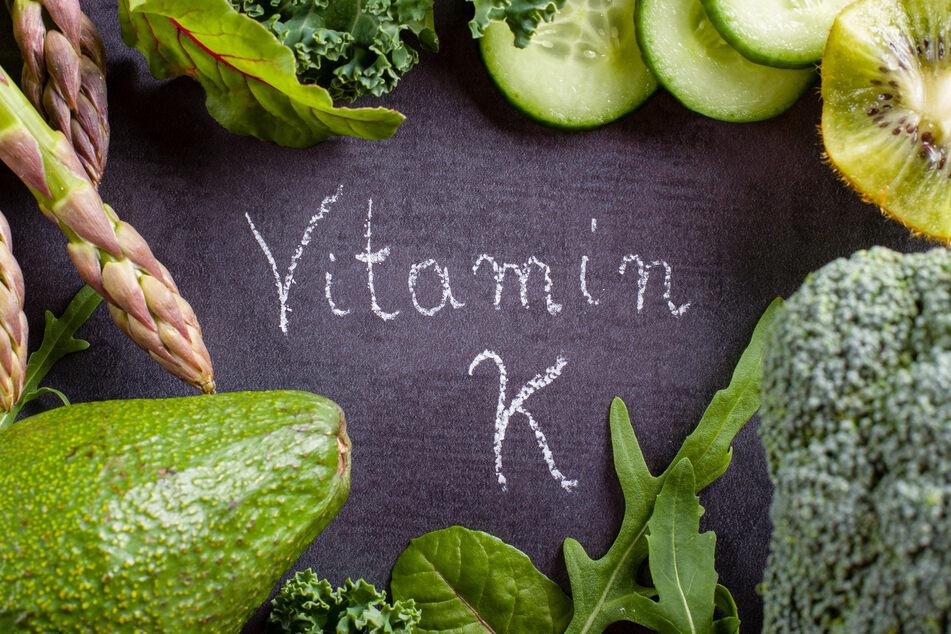 Kopfsalat und Rucola enthalten viel Vitamin K.