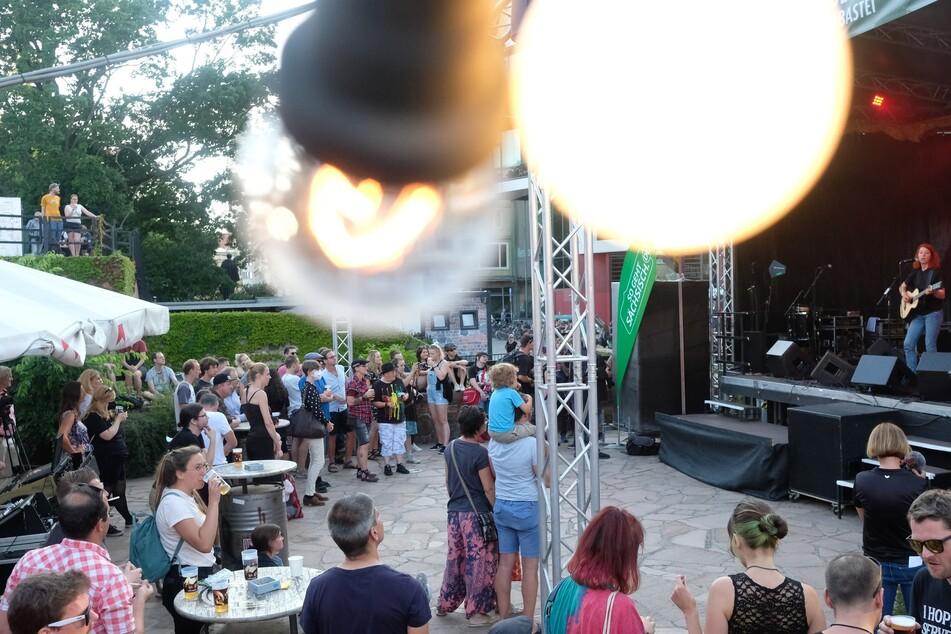 """Die """"Leipzig zeigt Courage""""-Besucher lauschten dem Auftritt der Sängerin Johanna Zeul."""