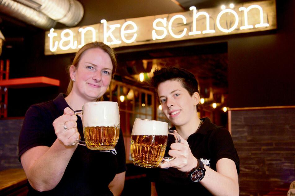 Trotz Dienst? Nur fürs Foto: Beate Ueberschär (36) und Vivien Illgen (21) prosten sich zu.