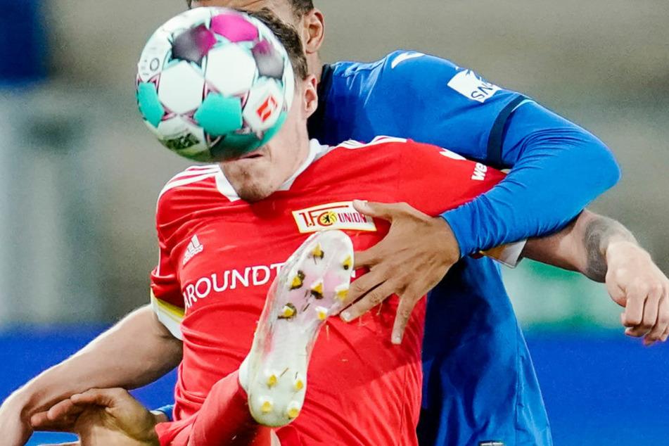 Max Kruse (32, vorne) im Zweikampf mit Hoffenheims Kevin Akpoguma (25). Auch ohne Ball vor dem Gesicht war der Unioner bei FIFA 21 nur an seinem Trikot zu erkennen.