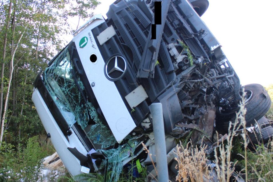 Lkw kracht an Autobahn-Auffahrt in Pannenfahrzeug und landet in Böschung