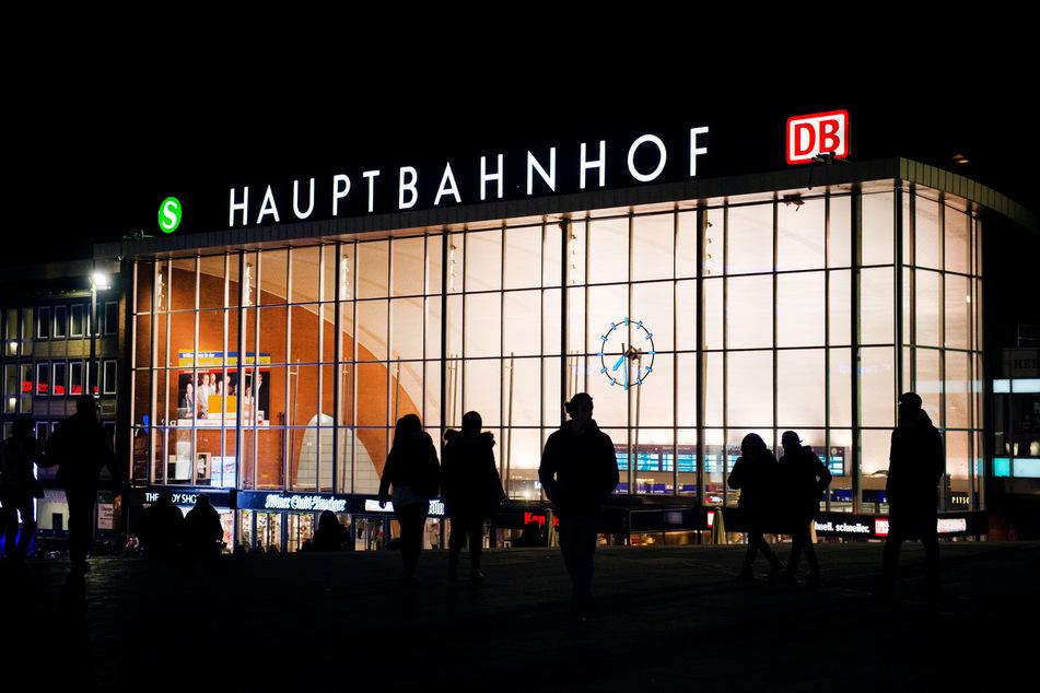Am Kölner Hauptbahnhof kam es Montagnacht zu einer Schlägerei, wobei der Täter fast in das Gleisbett fiel und durch eines seiner Opfer gerettet wurde.