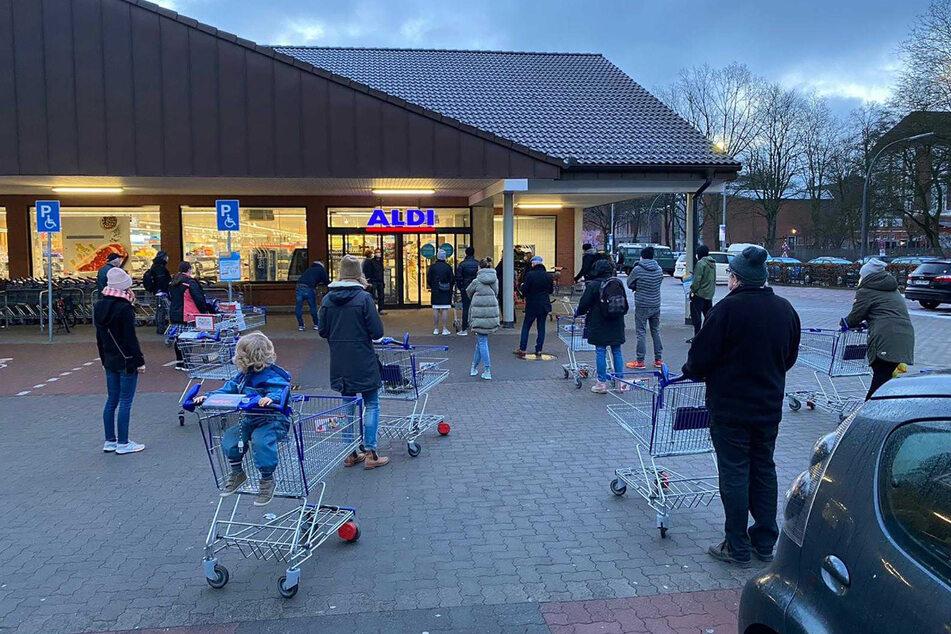 Hamburg: Zahlreiche Kunden warten auf die Öffnung einer Filiale von Aldi im Stadtteil Eimsbüttel.