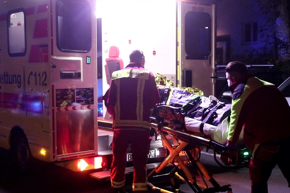 Sanitäter kümmern sich um den verletzten 27-Jährigen.