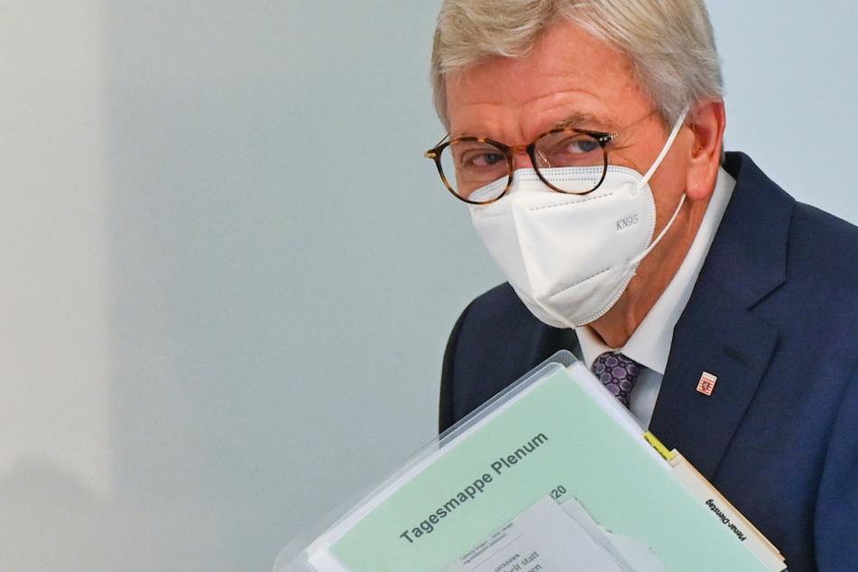 Das Foto vom 8. Dezember zeigt den Ministerpräsidenten von Hessen, Volker Bouffier (69, CDU), mit Corona-Maske.