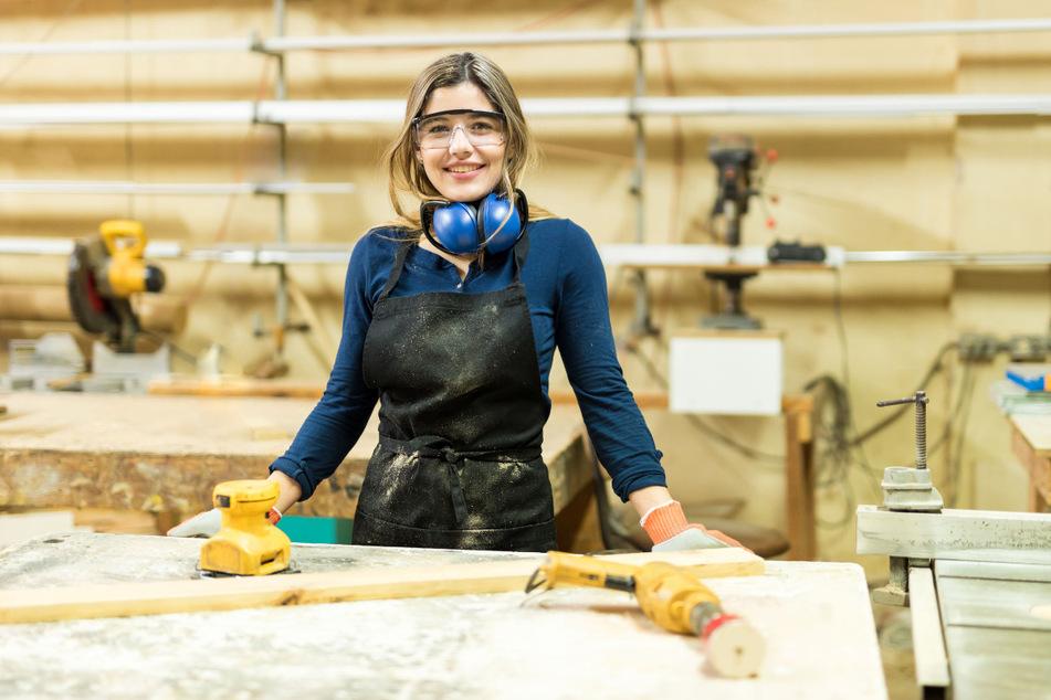 Die Arbeit mit dem Werkstoff Holz macht der angehenden Tischlerin sichtlich Freude. Trotzdem ist sie eine Exotin: Viele Mädchen haben Scheu vor Handwerksberufen.
