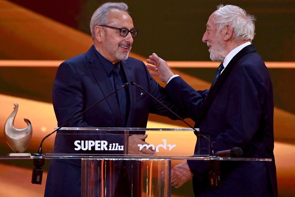 Auf der Bühne gratulierte Laudator Dieter Hallervorden (86, r.) Schauspieler Wolfgang Stumph (75), der für sein Lebenswerk geehrt wurde.