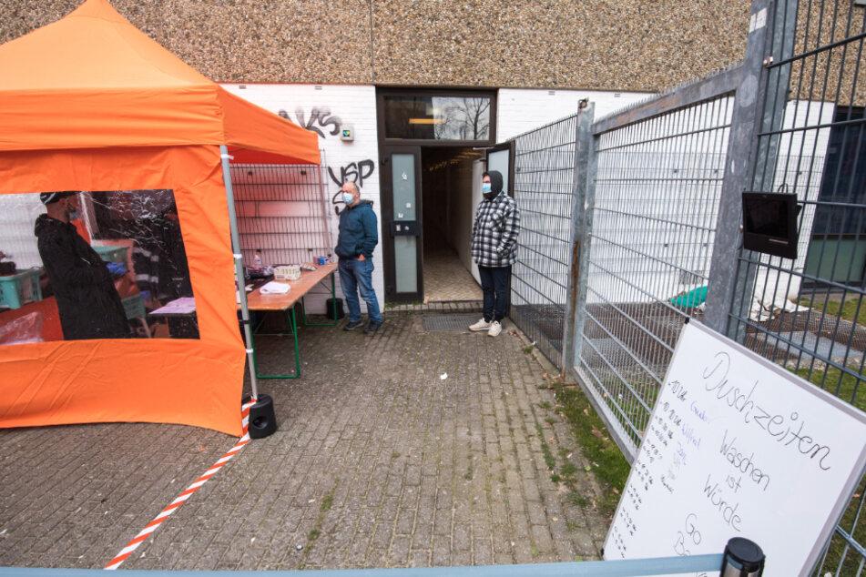Ein Schild mit den Duschzeiten für Obdachlose steht vor dem Hallenbad St. Pauli. Obdachlose können in diesem Schwimmbad die Duschen nutzen.