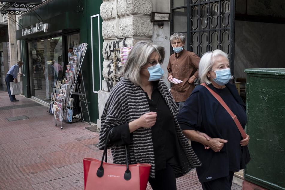 Seit Dienstag müssen die Menschen in Griechenland landesweit einen Mund-Nasen-Schutz tragen. Ab Samstag gilt ein Lockdown im ganzen Land.