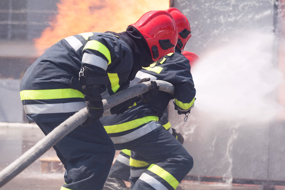 Feuerwehr ertappt Feuerteufel auf frischer Tat, dann eskaliert die Situation