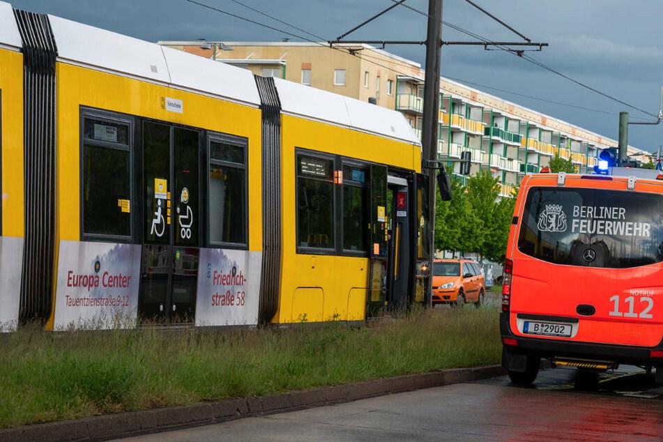 Ein 56-Jähriger ist beim Überqueren der Landsberger Allee von einer Tram erfasst worden und noch an der Unfallstelle gestorben. (Symbolfoto)