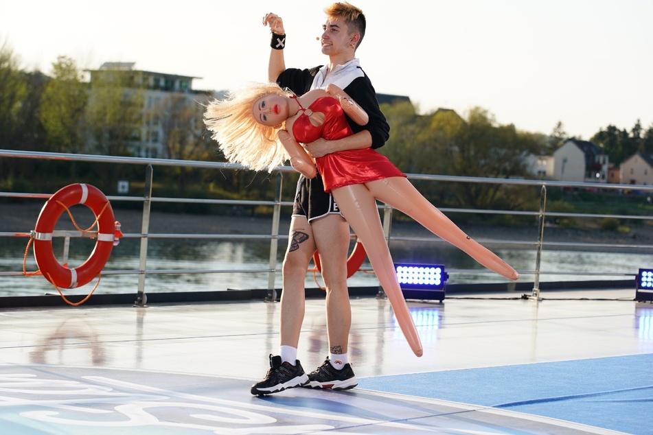Nikita (19) hat zum Auftritt vor der Jury eine Katja Krasavice-Sexpuppe mitgebracht.