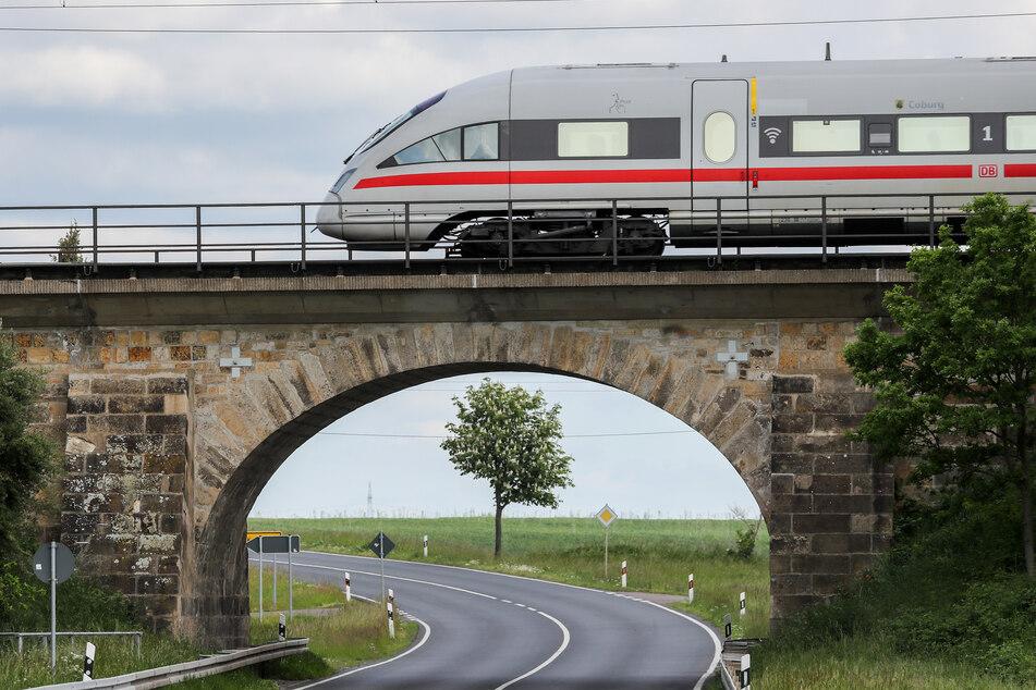 Bahnhof gesperrt: 12- und 13-jährige Jungen werfen Steine von Bahnbrücke