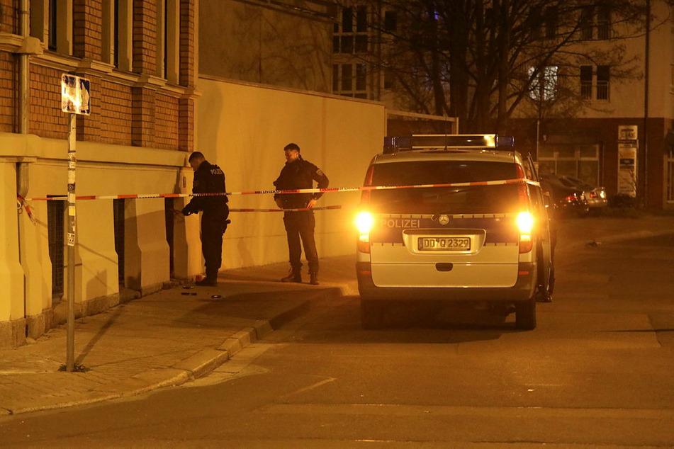 Polizisten sperren den Tatort ab. Der Überfall soll blutiger Höhepunkt im Krieg zweier Drogenbanden gewesen sein.