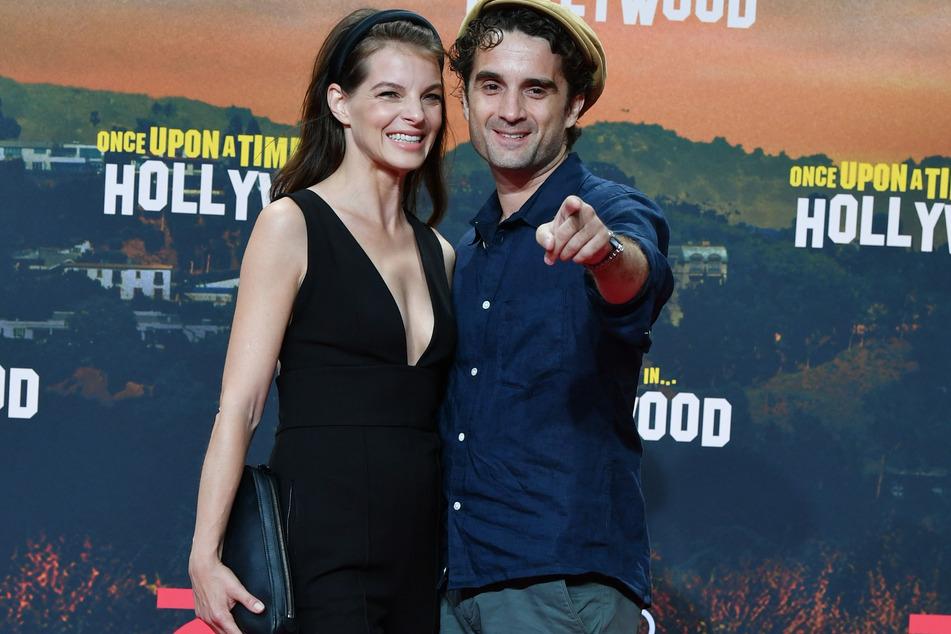 Yvonne Catterfeld strahlt an der Seite ihres Mannes Oliver Wnuk bei einer Filmpremiere im Jahr 2019.