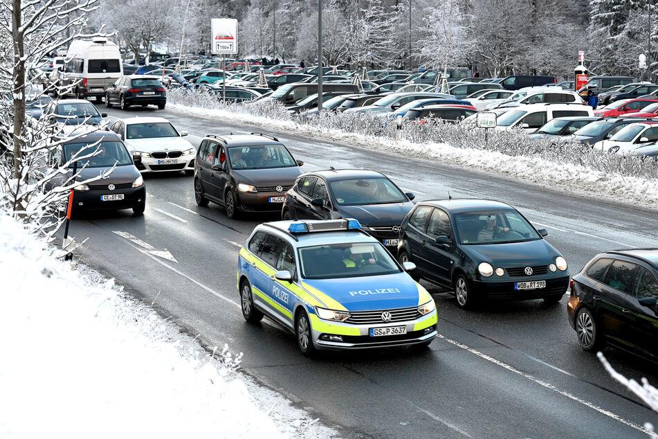 Bereits am Samstag waren die Parkplätze im Harz vollkommen überfüllt. Die Autos standen Schlange.