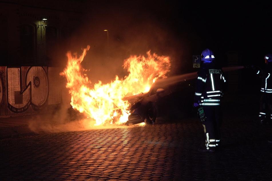 In der Linnéstraße brannte am Samstagabend ein Opel Astra.