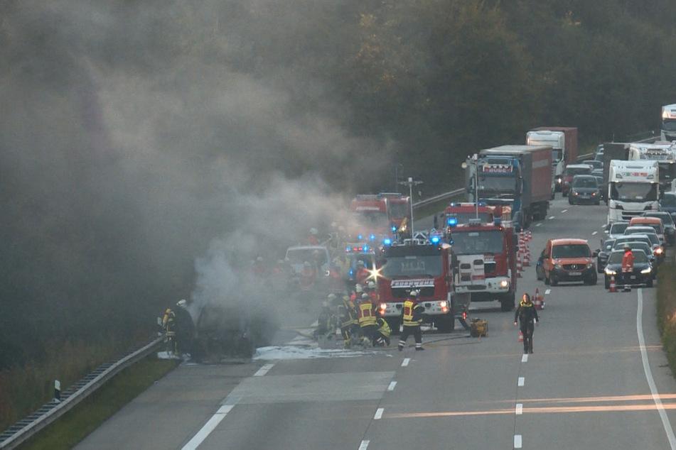 Qualm zieht vom brennenden Auto über die gesperrte A7.