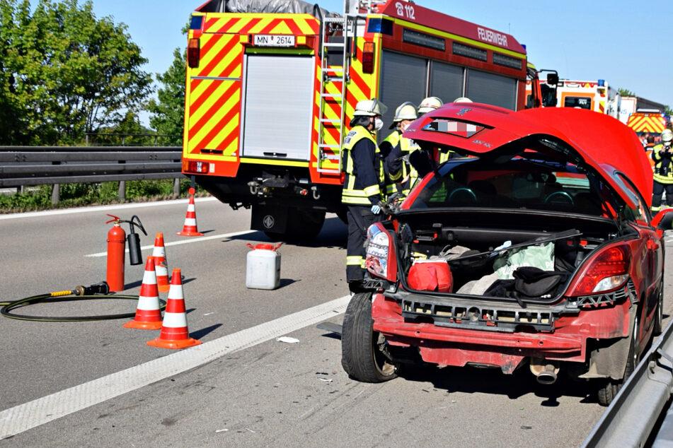 Unfall A96: Lkw kracht auf Autobahn in Pannenfahrzeug: 18-Jähriger steht neben Auto, wird erfasst und stirbt