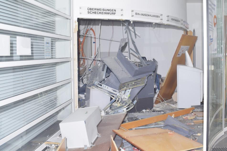 Gangster sprengen Geldautomaten und verwüsten Bank-Vorraum