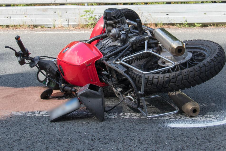 Unfall auf B85: Motorradfahrer kracht gegen Leitplanke