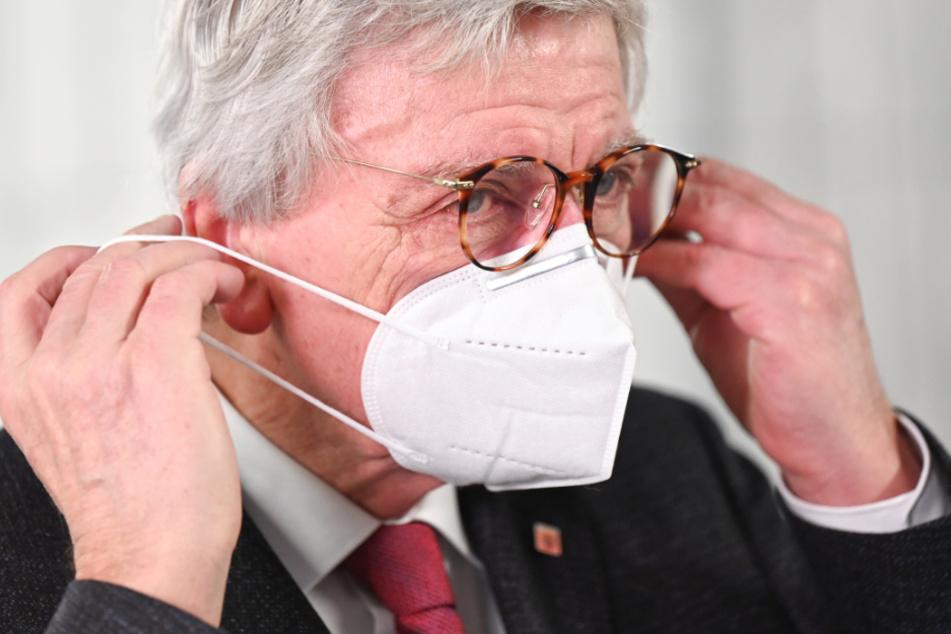 Volker Bouffier (69, CDU), Ministerpräsident des Landes Hessen, setzt sich beim Besuch des Impfzentrums in Heuchelheim bei Gießen eine FFP2-Maske auf.