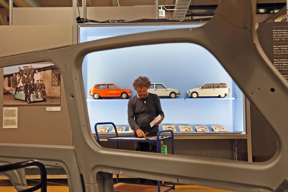 Mitarbeiter Bernhard Stärk platziert Modelle von Trabant-Prototypen, die nie gebaut wurden. Im Vordergrund ein Schnittmodell des Trabant P601.