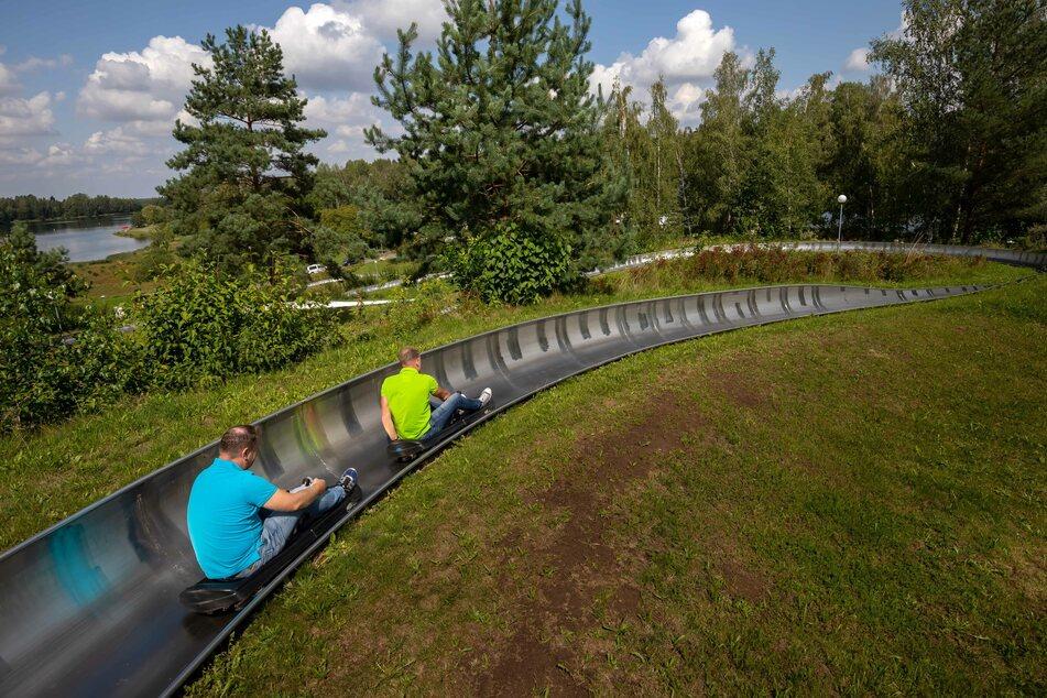Auf der Sommerrodelbahn am Stausee Oberwald könnt Ihr über sieben Kurve ins Tal sausen.