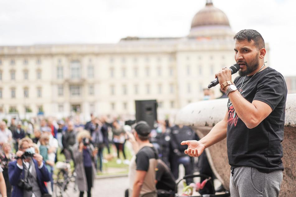 Attila Hildmann, Kochbuchautor und Anti-Corona-Aktivist, spricht bei einer Demonstration gegen die Corona-Einschränkungen im Lustgarten.