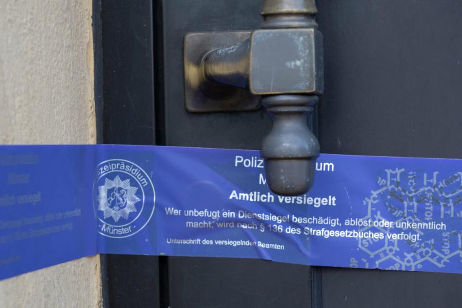 Ein Siegel des Polizeipräsidiums Münster klebt an einer Haustüre in Finowfurt, einem Ortsteil der Gemeinde Schorfheide.