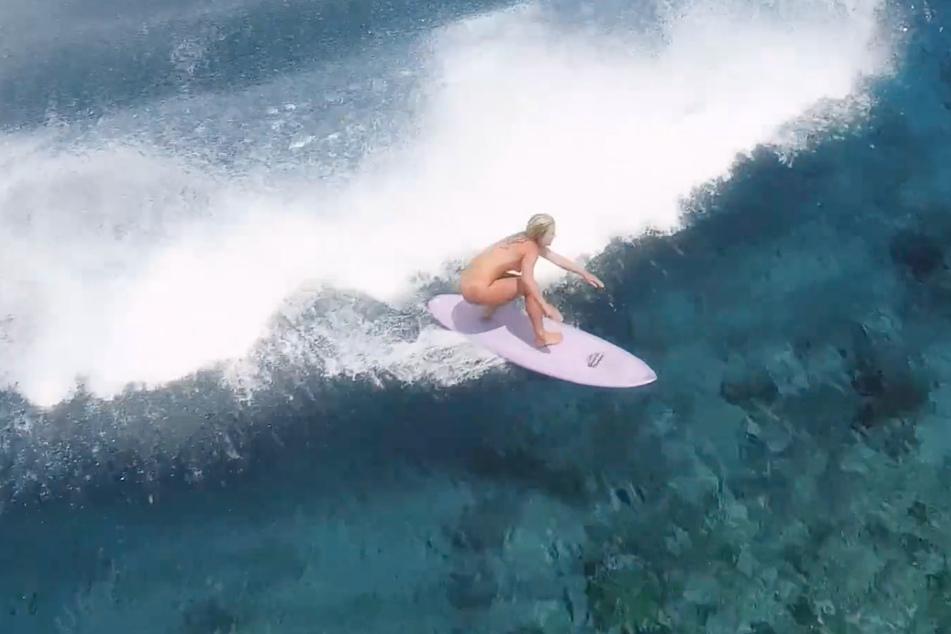 Felicity Palmateer (28) reitet nackt eine Riesenwelle.