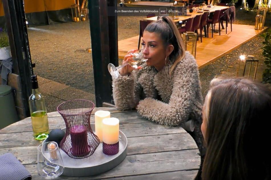 Christina Dimitriou (28) lässt sich ein Glas Wein schmecken.