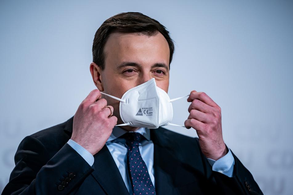 Paul Ziemiak (35), CDU-Generalsekretär, nimmt seine Maske nach einer Pressekonferenz vor dem digitalen Bundesparteitag der CDU.