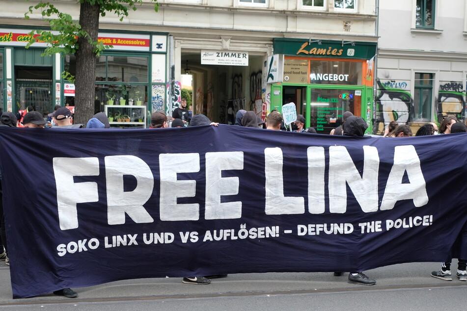 """In Leipzig gab es bereits mehrere """"Free Lina""""-Demos. Am Mittwoch findet die nächste vor dem OLG in Dresden und am 18. September eine Kundgebung auf dem Leipziger Johannisplatz statt."""