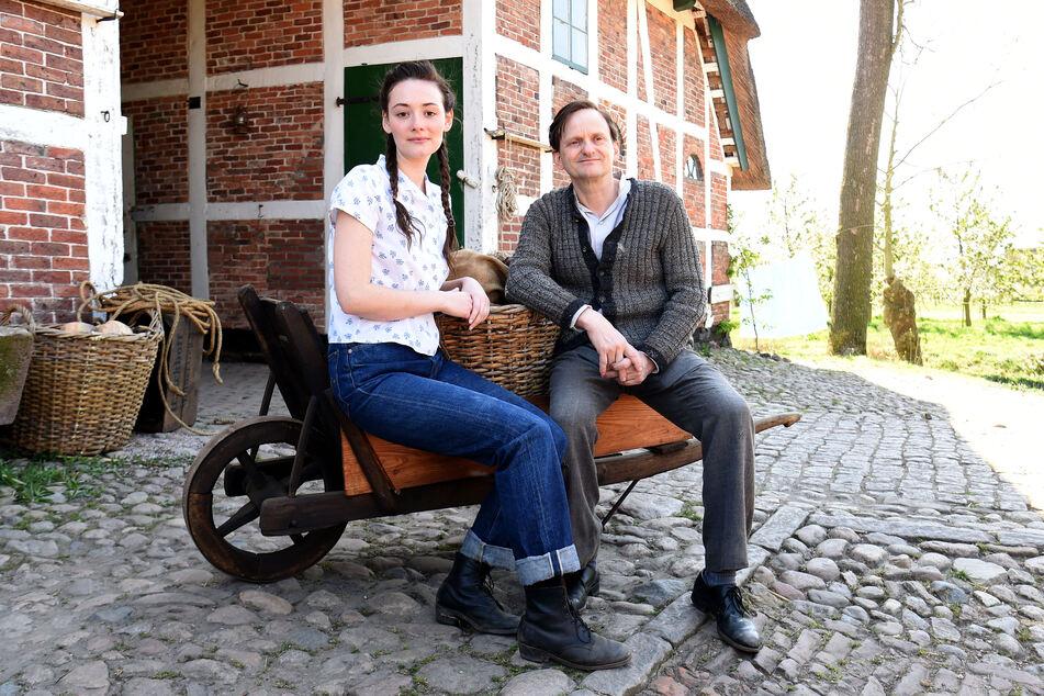 """Milan Peschel zusammen mit Schauspiel-Kollegin Maria Ehrich (27) am Set von """"Altes Land""""."""