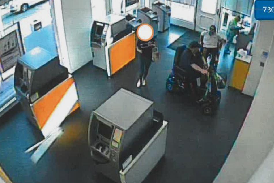 Das Foto zeigt die Tatverdächtigen im Rollstuhl.