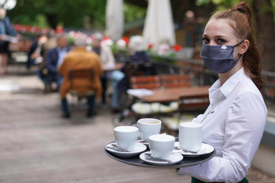 Bedienungen müssen auch weiterhin mit Maske ihrer Arbeit nachgehen. (Archiv)