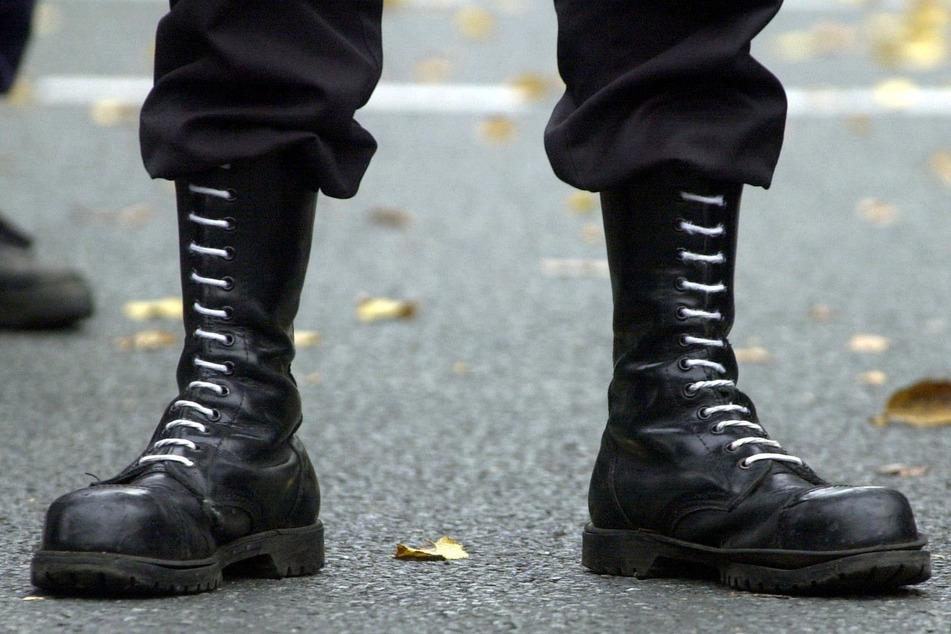 In einer Bankfiliale wurde ein 38-Jähriger mit nationalsozialistischen Symbolen auf seinen Schuhen erwischt. Der Staatsschutz der Polizei Leipzig ermittelt in diesem und zwei weiteren Fällen wegen des Verwendens von Kennzeichen verfassungswidriger Organisationen. (Symbolbild)