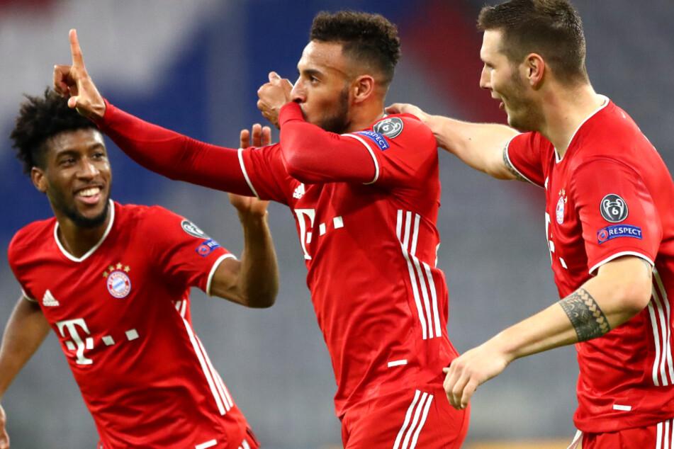 Corentin Tolisso (M.) bejubelt seinen 3:0-Treffer mit seinen Mannschaftskameraden Kingsley Coman (l.) und Niklas Süle. (Archiv)