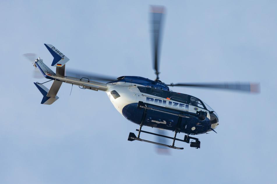 Mit einem Hubschrauber suchten die Beamten nach dem Fahrer.
