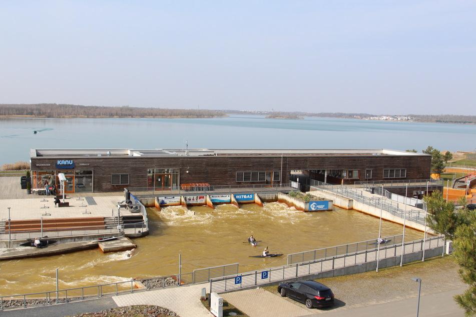 Der Markkleeberger See mit dem Kanupark im Vordergrund - bricht die Schleuse, würde die Flutwelle alles überschwemmen.
