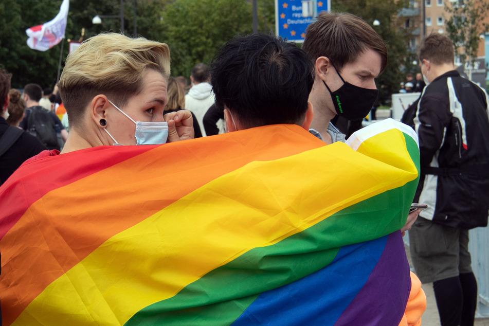 Teilnehmer an der Demonstration von Schwulen- und Lesbenvereinen der Städte Slubice (Polen) und Frankfurt (Oder) ziehen über die Oderbrücke. Mehrere hundert Teilnehmer waren dem Aufruf gefolgt, protestierten auf Plakaten, Transparenten und Redebeiträgen gegen die Diskriminierung von Schwulen und Lesben in Polen.