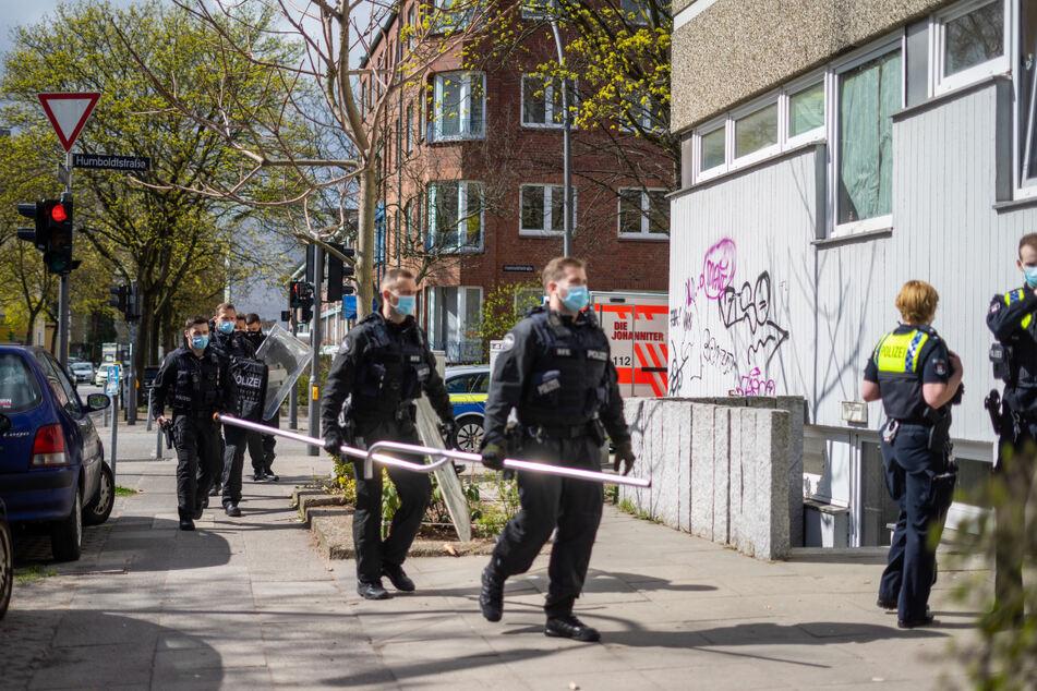 Polizisten rücken an der Humboldtstraße in Barmbek an.