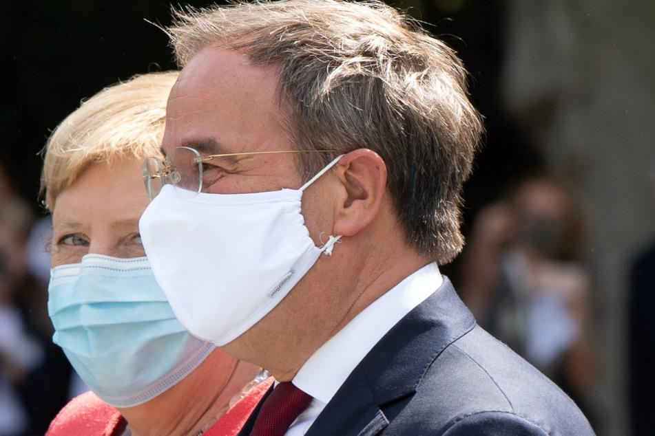Armin Laschet (CDU), Ministerpräsident von Nordrhein-Westfalen, zeigt Bundeskanzlerin Angela Merkel (CDU) die Aussicht vor dem Ständehaus.
