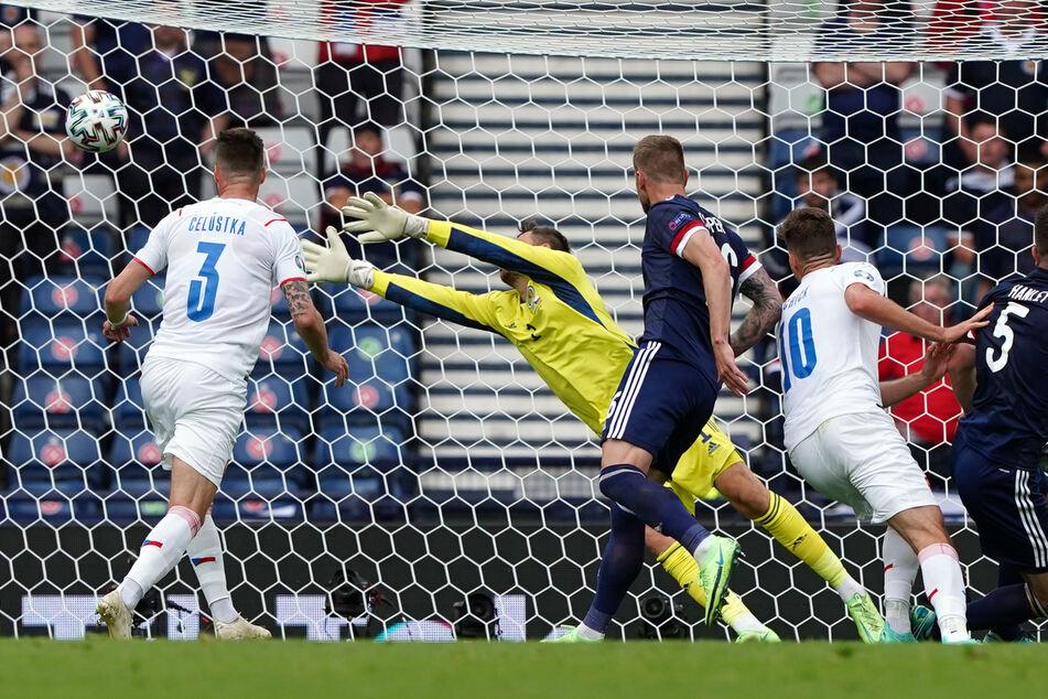 Nichts zu halten für Keeper David Marshall (2.v.l.): Nach einer Ecke köpft Tschechiens Patrik Schick (2.v.r) den Ball ins lange Eck und markiert damit das 1:0.