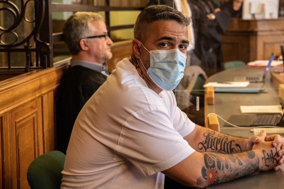 Anis Mohamed Youssef Ferchichi, bekannt als Rapper Bushido, sitzt zu Beginn des Prozesses in einem Gerichtssaal des Landgerichts.