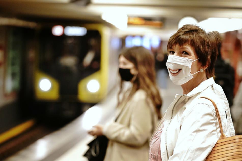 Fahrgäste mit Mund-Nasenschutz stehen am Morgen an der U-Bahnhaltestelle Alexanderplatz.