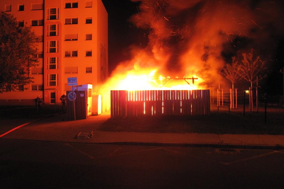 Im Neubaugebiet an der Radebeuler Straße brannten Dienstagnacht wieder Mülltonnen.