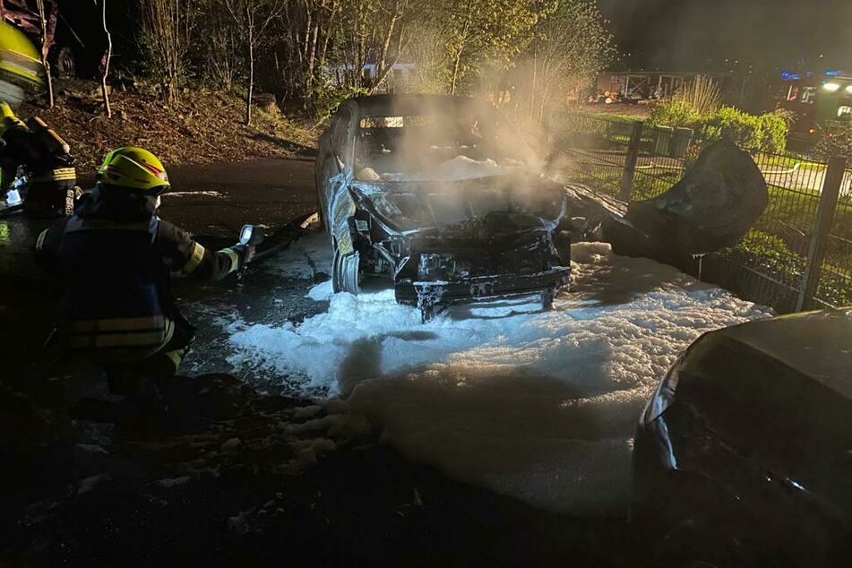 Das Feuer war nach rund einer Stunde vollständig gelöscht, übrig blieb nur ein Wrack.